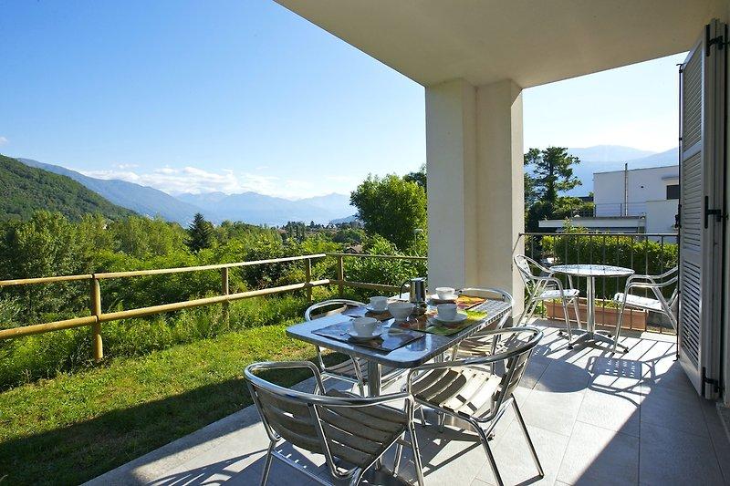 Ca. 12 m² große überdachte Terrasse mit sehr schöner Sicht auf den Lago Maggiore und Cannobio