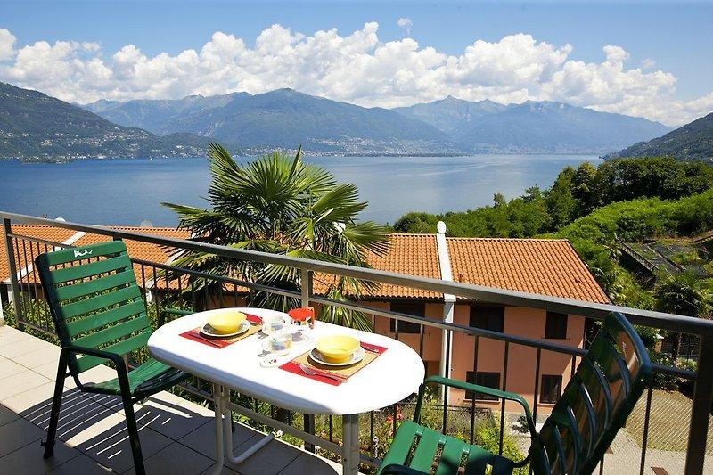 Ca. 15 m² großer teilüberdachter Balkon mit atemberaubender Sicht auf den See-, die Inseln von Brissago und die Alpen