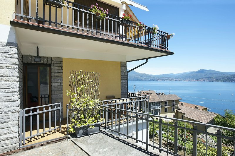 Ca. 10 m² große, private und überdachte Sonnenterrasse mit seitlicher Traumseesicht