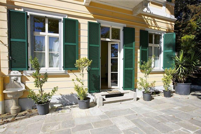 Ca. 70 m² große private Terrasse mit etwas Seesicht