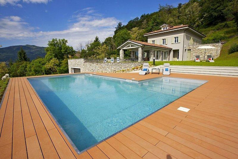7½-Zimmer-Luxusvilla mit Pool