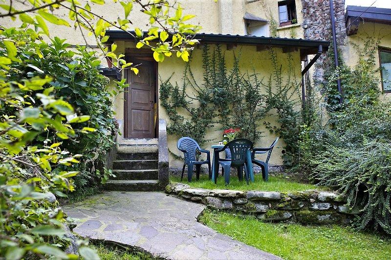 Ca. 20 m² großer privater Garten mit Blick auf die beiden Bachläufe