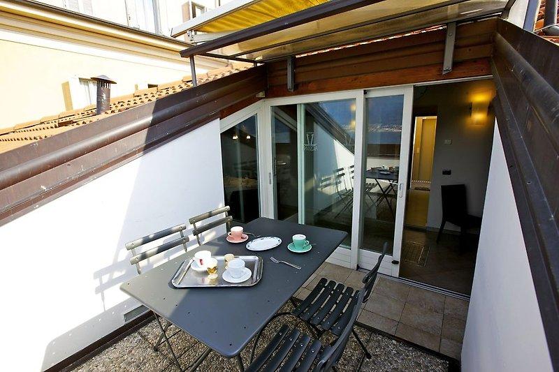 Sonnenbalkon mit Sitzgelegenheit für 4 Personen, elektrischer Markise und traumhafter See-, Insel- und Alpensicht