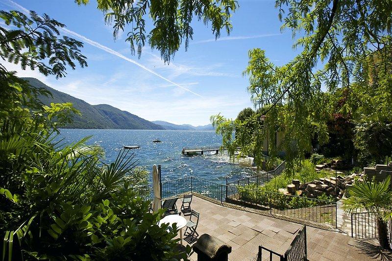 Ca. 100 m² große, hauseigene Liegefläche am See mit Barbecue und Dusche