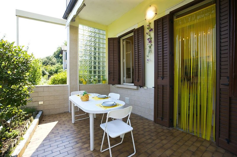 Ca. 18 m² große Sonnenterrasse mit Markise und schöner Sicht ins Grüne