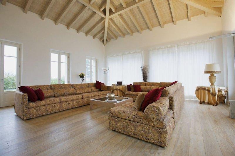 Ca. 50 m² großes, lichtdurchflutetes Wohnzimmer