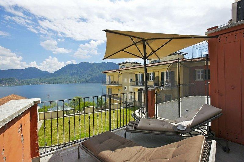 Ca. 6 m² großer Sonnenbalkon mit fantastischer Sicht auf den See und die gegenüberliegenden Berge