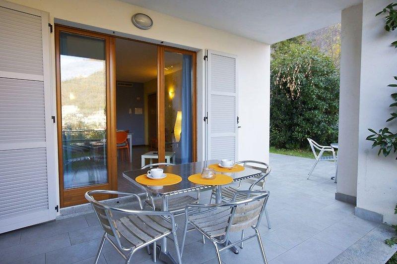 Ca. 12 m² große überdachte Terrasse mit sehr schöner Sicht auf die gegenüberliegenden Berge, Sant'Agata, den Fluss, Cann