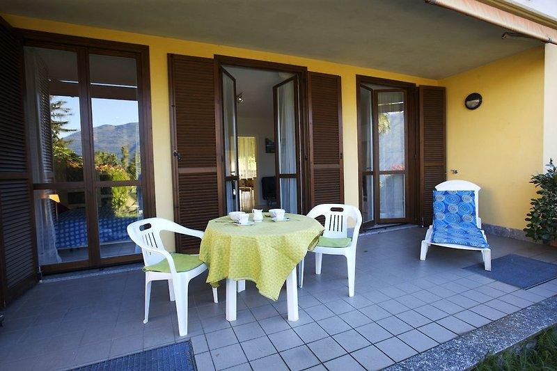 Ca. 26 m² große, teilüberdachte Terrasse mit Markise und herrlicher See- und Bergsicht