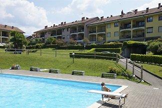 Große 3-Zimmer-Maisonettewohnung mit Balkon und 2 Badezimmern in einer schönen Residenz mit großem Park und Pool.
