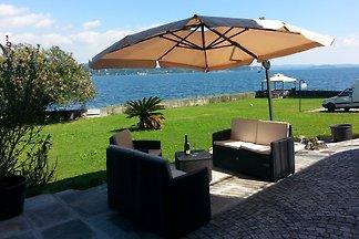 Ekskluzywny 2-pokojowy apartament z tarasem, ogrodem i widokiem na wymarzone jezioro w zadbanej willi bezpośrednio nad jeziorem z dostępem do prywatnego jeziora.