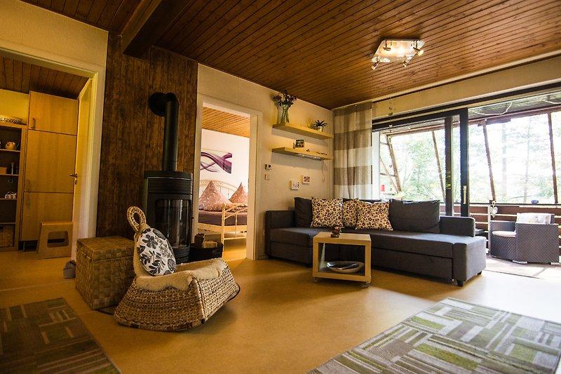 Wohnzimmer mit überdachtem Balkon