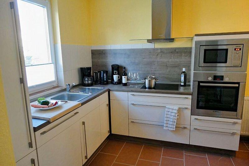 Moderne Küche mit Geschirrspüler, Induktionsfeld, usw.
