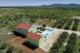 Freistehendes Ferienhaus in ruhiger Lage mit eingezäuntem Garten und privatem Pool