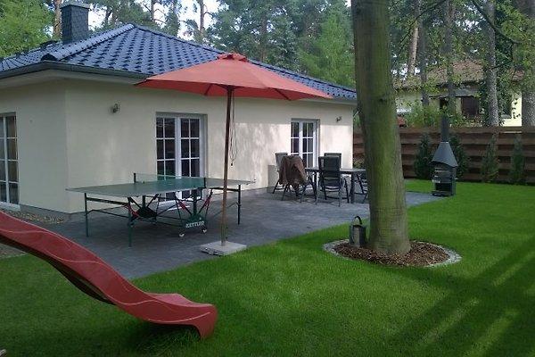 Terrasse mit Spielturm, Tischtennisplatte