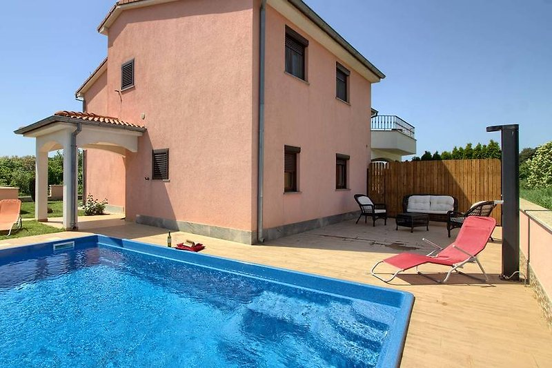 Villa Mary with pool in Ližnjan - wiibuk.com