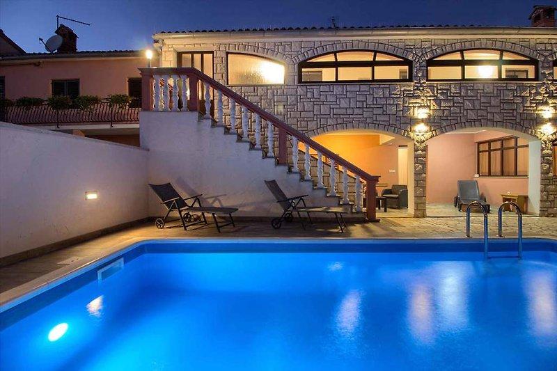 Villa Dvori mit pool in Ližnjan  - wiibuk.com