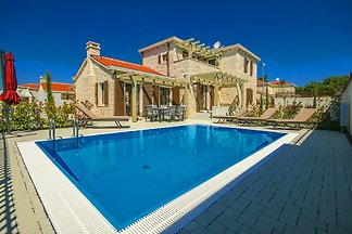 Villa Zanelli with pool, sea 2km
