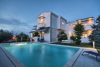 Villa Nicol, 200m from Sea, max 10