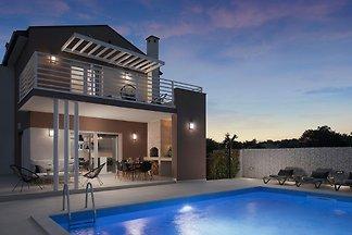 Moderna Vila Ovis con piscina privata