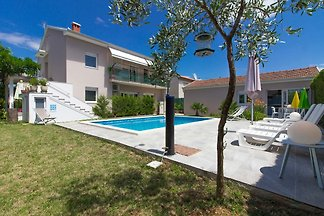 Schöne Vila Pjacal mit Pool in Pula