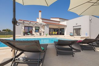 Vila with Pool 2000m from the beach