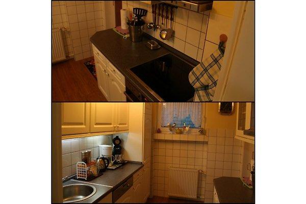 Komplette Küche mit Spülmaschine, Herd, Ofen, Mikrowelle sowie Spühlbecken und Kühlschrank