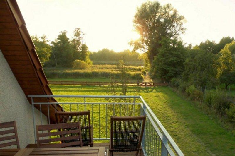 schöner Blick von der großen Terrasse vor der Ferienwohnung hinunter zum See