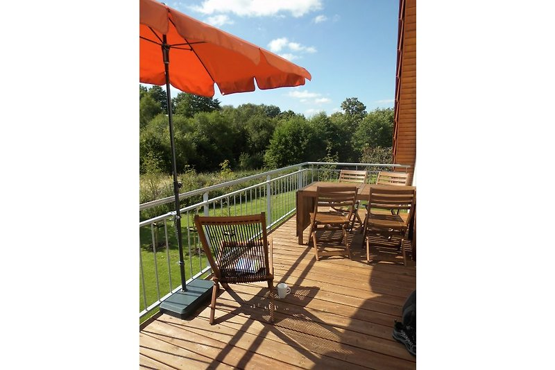 große Terrasse vor der Ferienwohnung, Terrassenmöbel, Liegestühle, Sonnenschirm