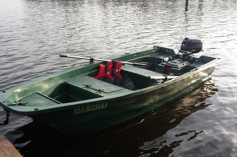 ideal für Angler - im Verleih: robustes Angelboot als Ruderboot oder mit 5 PS Motor