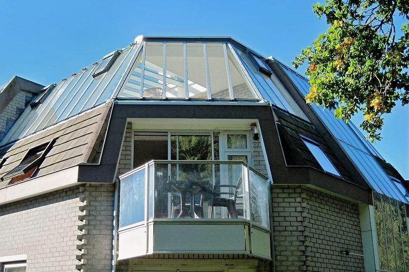 Eckapartment mit Balkon, Möbel und Beleuchtung/ oben: Wintergarten
