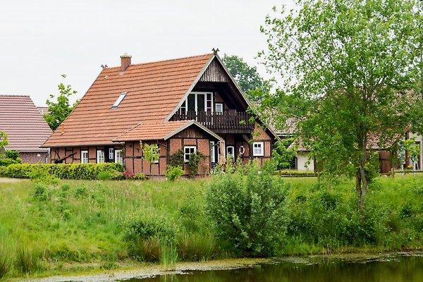 Heuerhaus mit Blick vom See