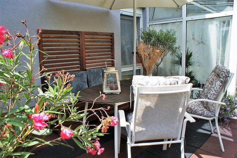 Enspannen Sie auf der gemütlichen Terrasse