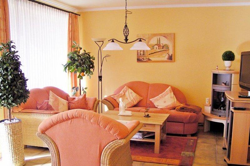 Gemütliches Wohnzimmer mit Sitzgruppe, Schlafsofa, Kaminofen, TV, DVD, Stereoanlage, W-LAN (Internet), Playstation 2 und Karaoke-Set