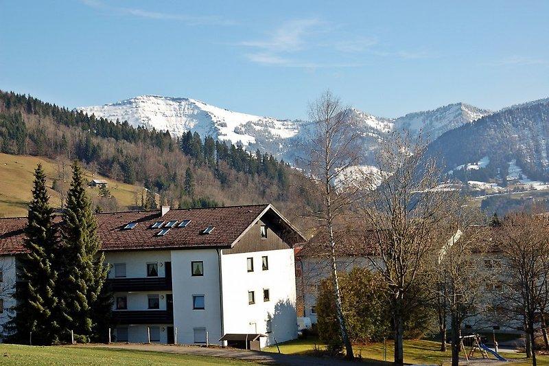 Die Rückseite Ihres Urlaubsquartiers: Wohnzimmer/ Esszimmer und Balkon mit herrlichem Blick in Richtung Berge!