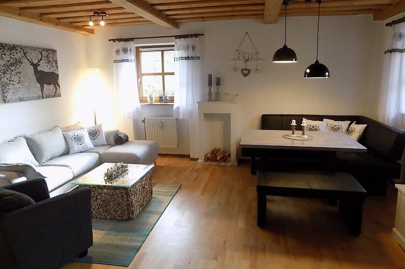 Geräumiger Wohn-Essraum mit zusätzlichem Schrankbett