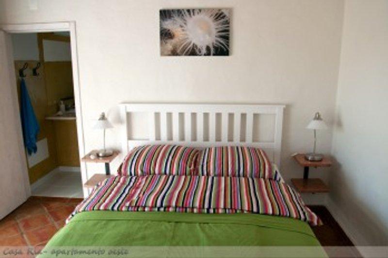 Schlafzimmer mit härteverstellbaren Lattenrosten und Komfortmatratzen. Bettwäschen 100% Baumwolle. Hier Franz. Bett 160*200cm. Sonst 2* 100*200 cm auch zum  zusammenschieben.