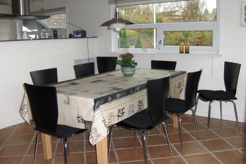 Moderne + praktische Küche mit offenem Zugang zum Wohnzimmer