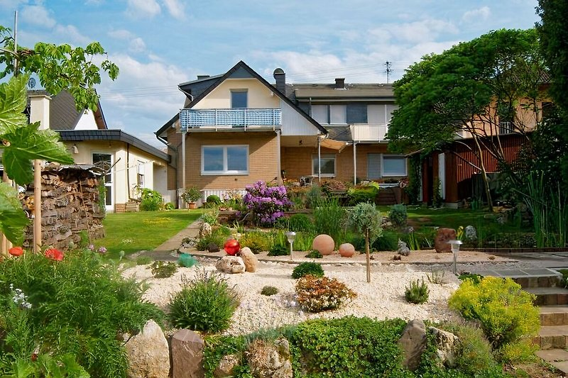 Rückansicht auf Garten und Haus