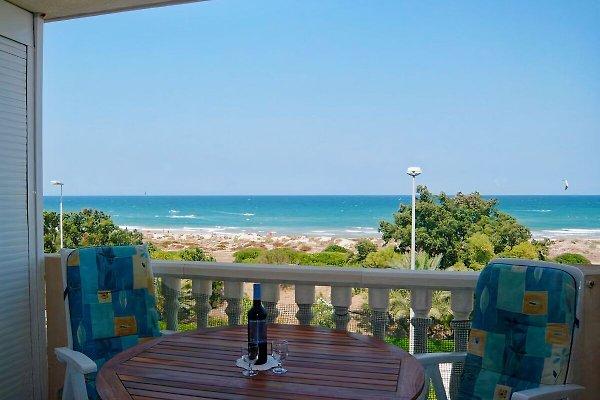 Blick vom Balkon über das Meer bis zum Horizont