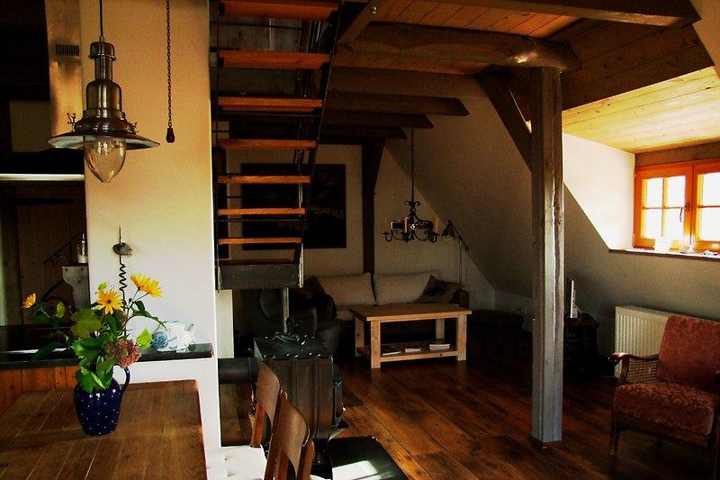 Blick in die Wohnung mit Esstisch und Sitzecke
