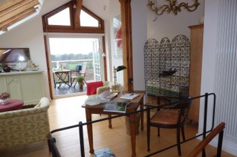 Galerie im OG mit Wohn-Schlafbereich, Balkon nach Westen zum Naturschutzgebiet Neuwittenbek
