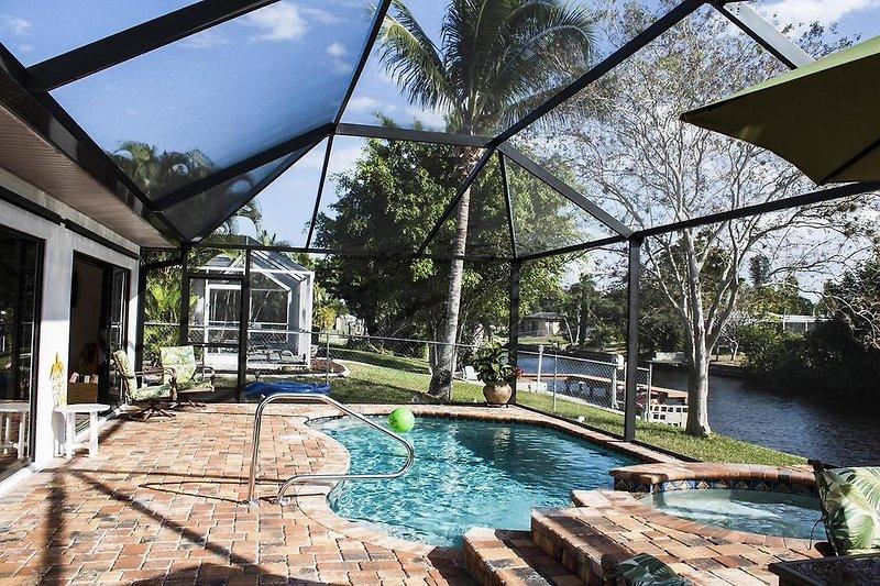 Pool und Spa direkt am breiten Kanal