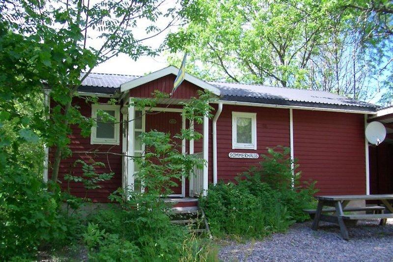Das Ferienhaus ist nur 90 m vom See Kiasjön entfernt