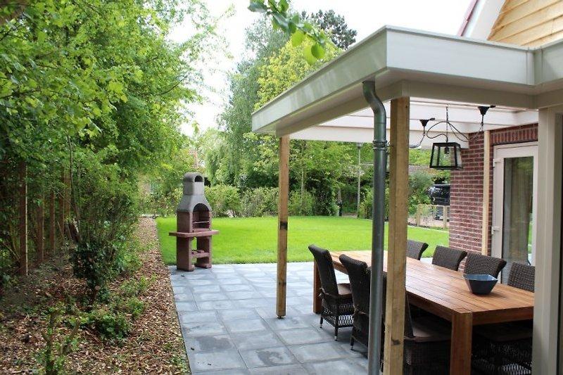 Terrasse mit Grill und viel Privatbereich