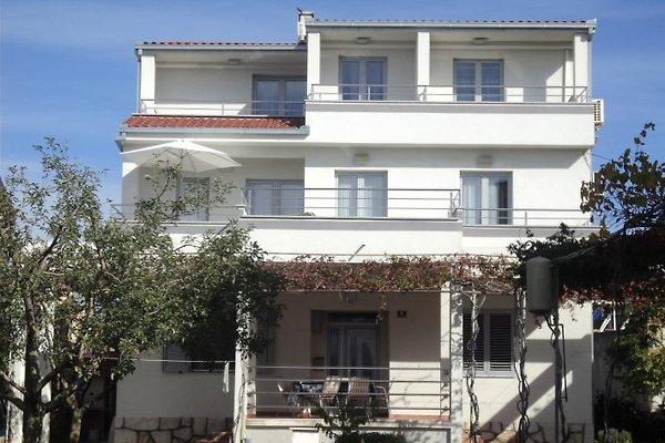 Blick auf die Vorderseite des Hauses, in der ersten Etage ist Apartment Perla