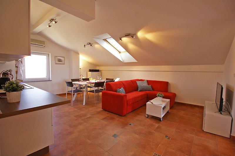 Wohnzimmer mit Küche und Essbereich verbunden