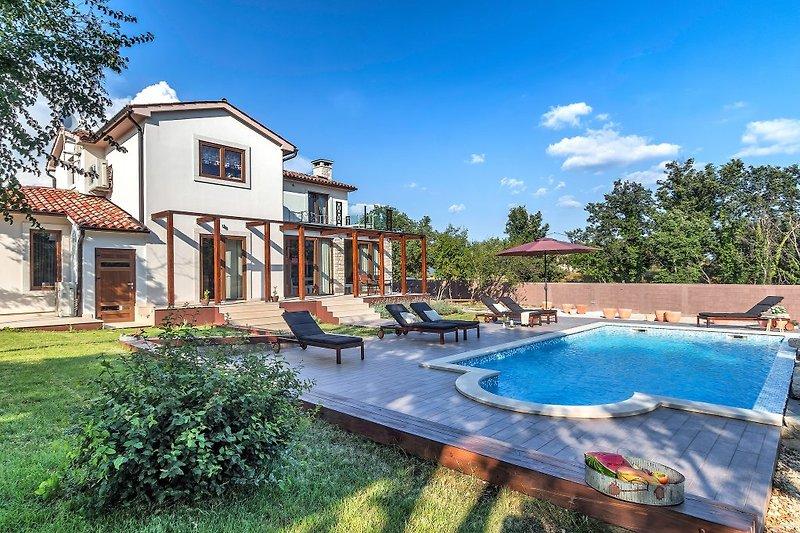 Die Villa mit 2000 m2 eingezäunten Garten