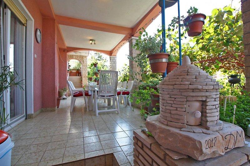 Große Terrasse mit Garten