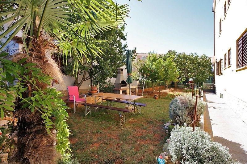 Großer Garten mit Gartenmöbeln und Grill